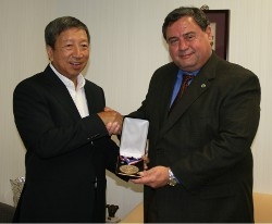 Ng Ser Miang (left) receives the Academy's Distinguished Service Award from the university's Vice President and COO Dr. T.J. Rosandich (right).